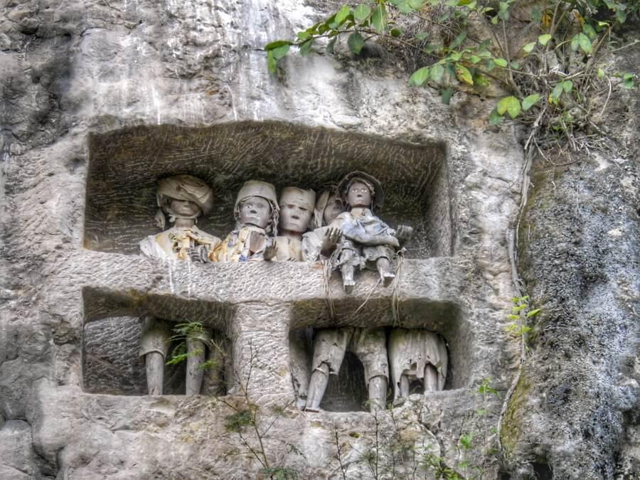 Tau Tau dans la falaise de Suaya près de Rantepao