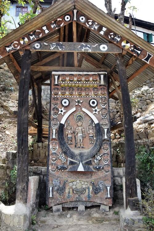 Porte Naga avec décorations traditionnelles