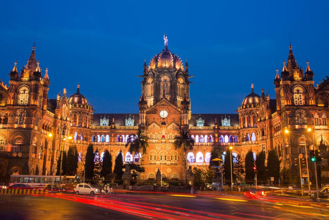 La gare de Mumbai de nuit