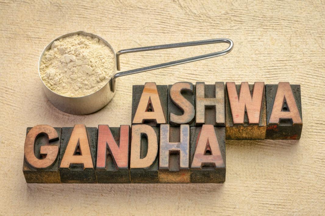 Poudre d'ashwagandha et lettres en bois avec le nom
