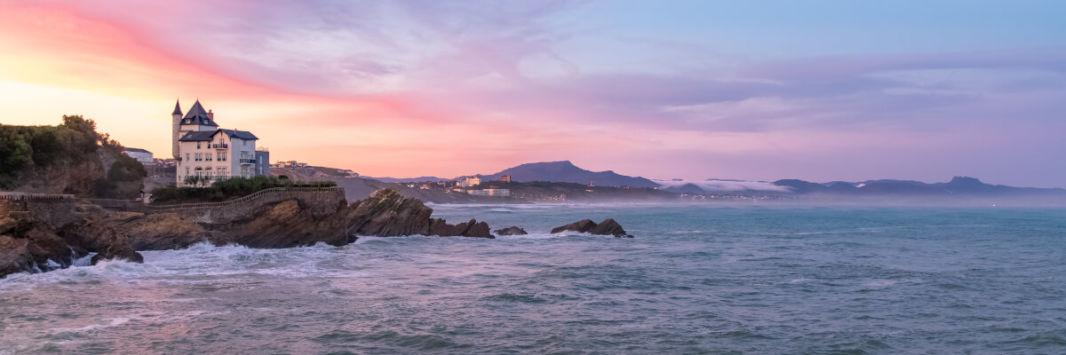 Coucher de soleil sur Biarritz, la Villa Belza et les Pyrénées