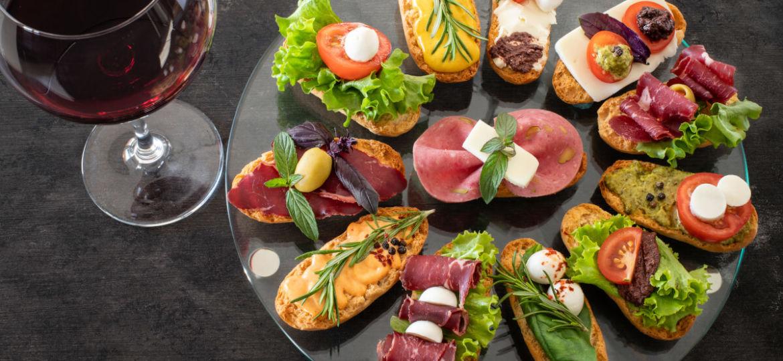 Tapas Basques sur une assiette avec un verre de vin rouge