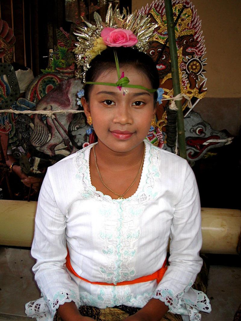 Jeune Balinaise après le cérémonial de grand anniversaire