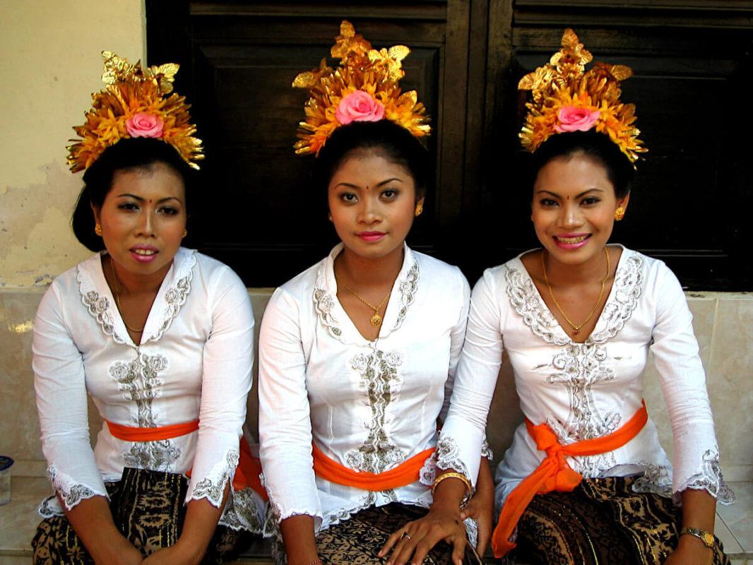 Balinaises en tenue de grand anniversaire
