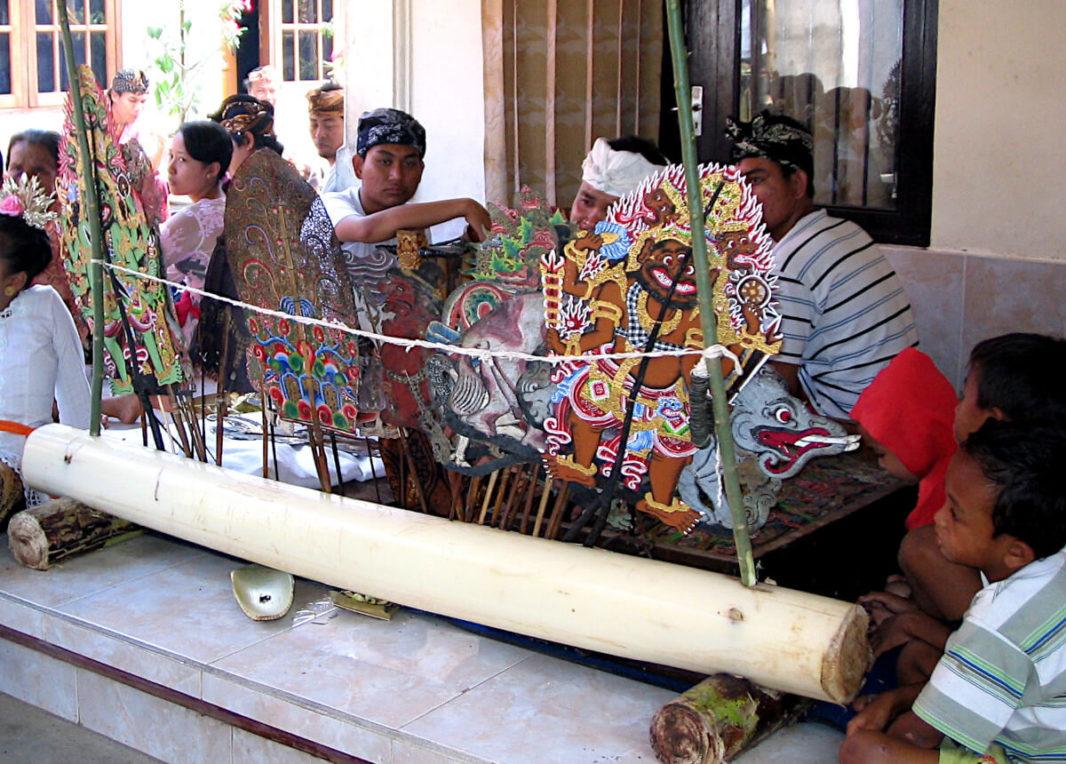 Marionnettes colorées, officiant et musiciens
