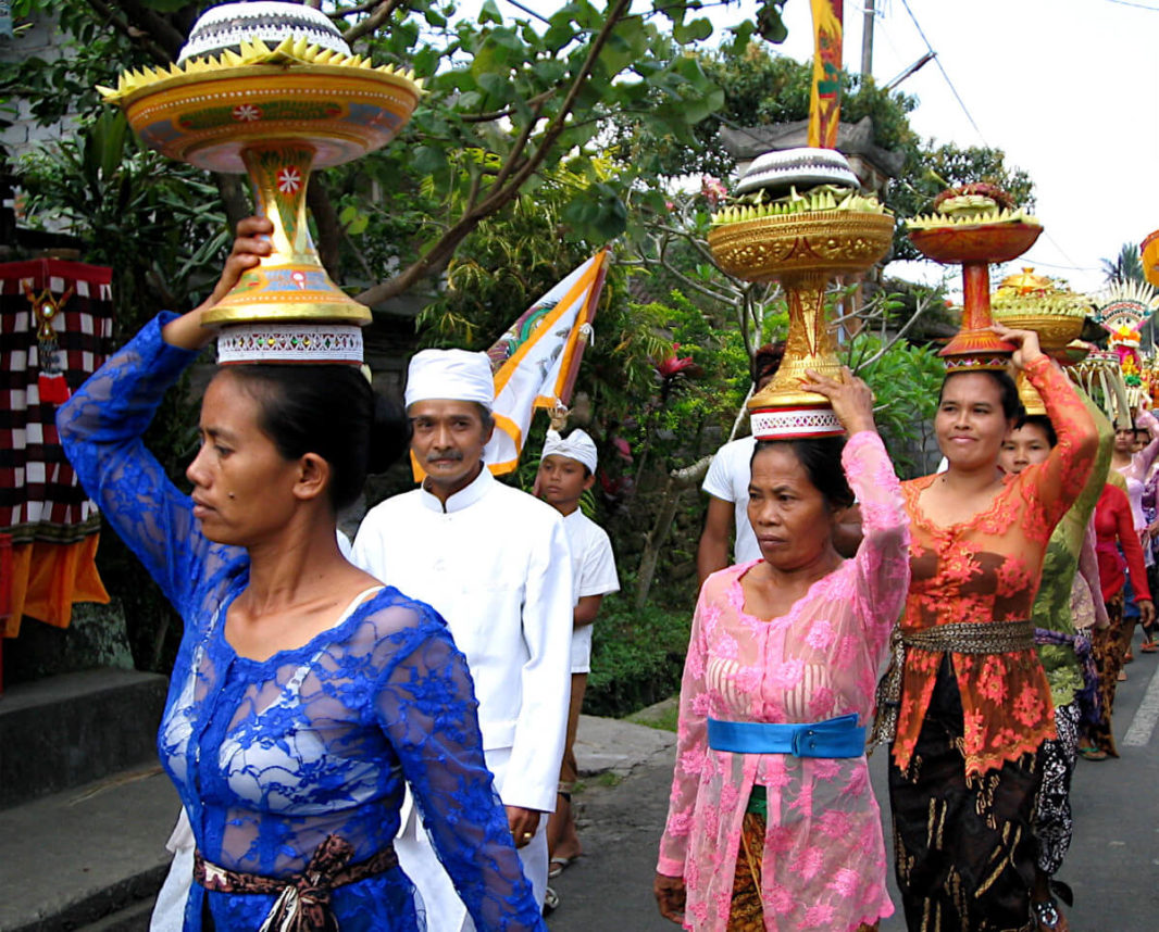 Balinaises portant des offrandes sur la tête