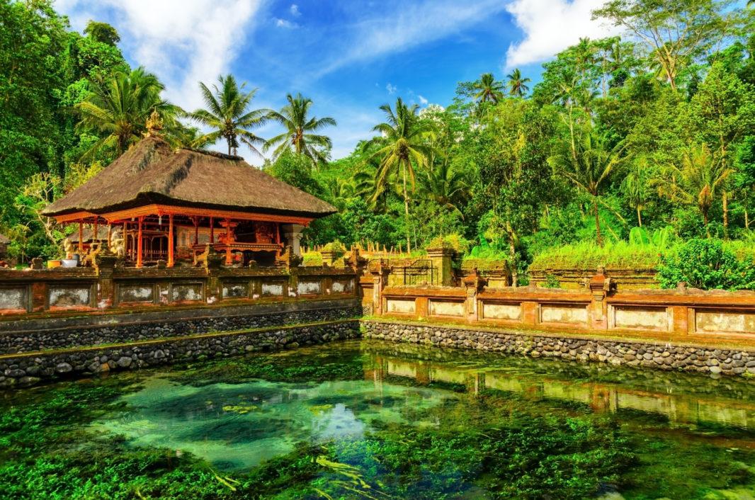 Bâtiment et bassin de Tirta Empul ) Tampaksiring Bali