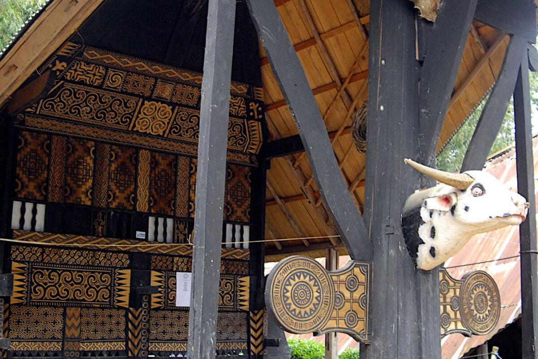 Détail de la façade d'un tongkonan à Ballapeu