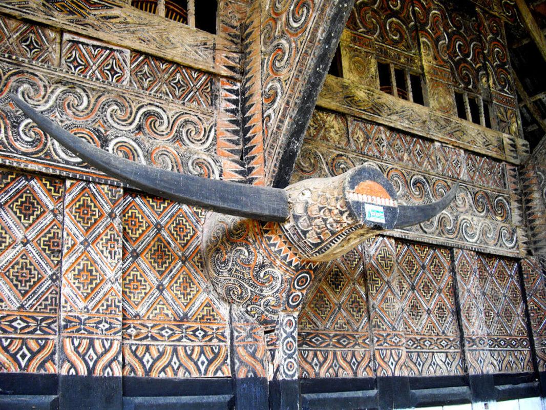 Sculpture de buffle en bois et détail d'une maison tongkonan