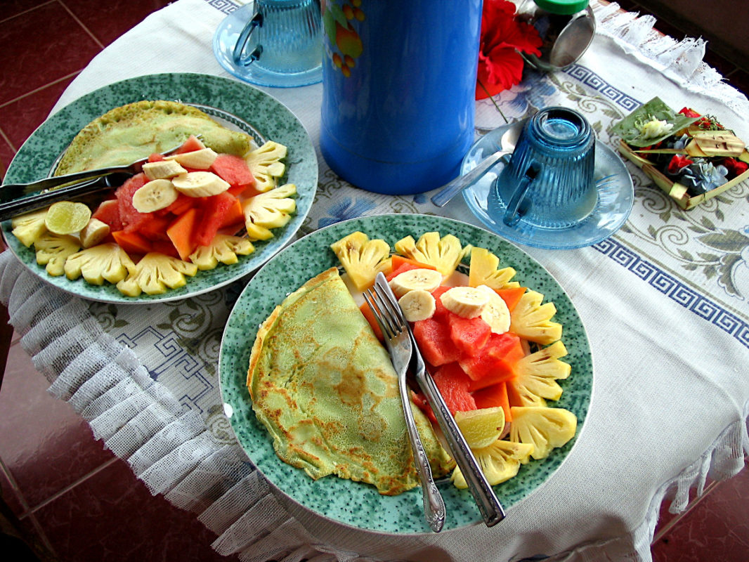 2 plates with pancakes, decorated with fruits