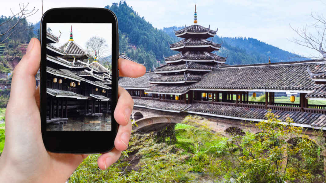 Pont du Vent et de la Pluie, en bois et couvert, avec des pagodes et tours